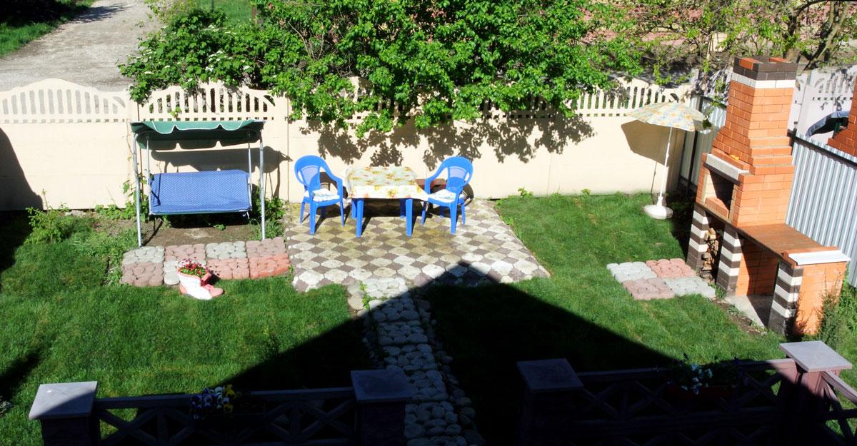 Это вид во двор из окна мансарды.