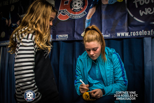 CortneeVine_AutographSigning-11.jpg
