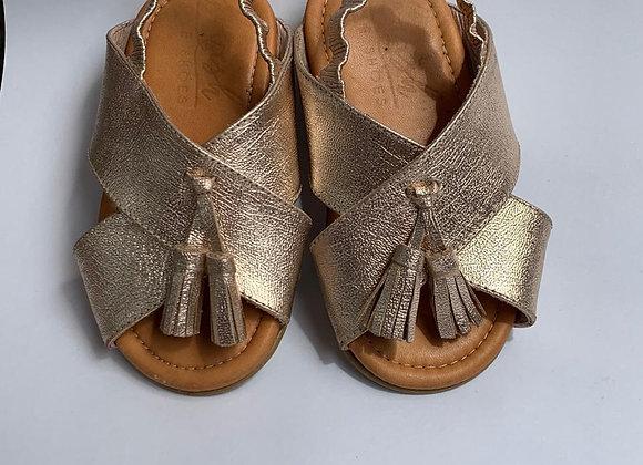 Sandalias niña doradas con borlas