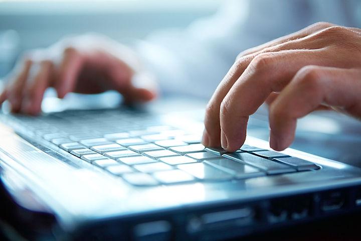 コンピュータのキーボード上の手