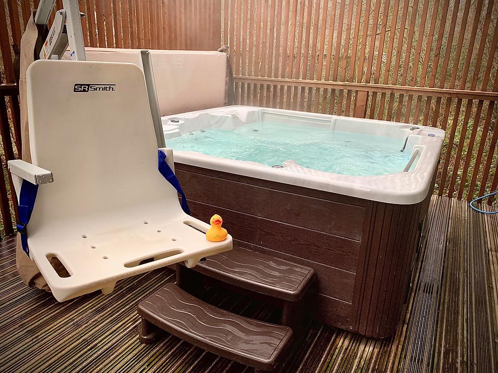 Hot tub with hoist