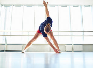 Giovane che fa esercitazione fisica