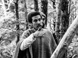 Jaime orando el lenguaje del bosque y las montañas.