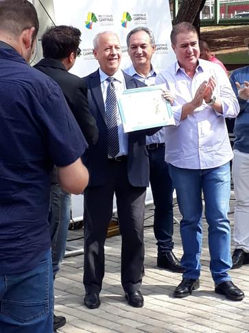 Entrega de certificado para Presidente da empres SANASA.
