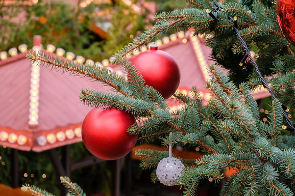 closeup-of-red-christmas-balls-and-garla