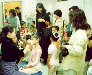 1998年。舞台にてはじめて子供たちの発表会を行いました。