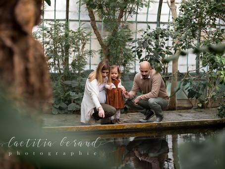 Séance photo maternité aux Serres d'Auteuil avec Laura, Jonathan et Clémentine