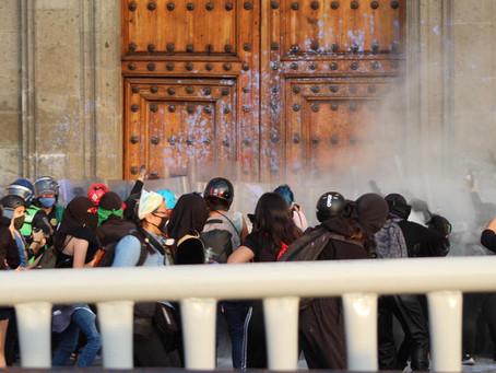 Feministas atacam catedrais no México no dia da eliminação da violência contra as mulheres.