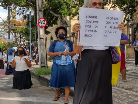 RECIFE: Católicos rezam o Santo Rosário contra o fechamento das Igrejas.