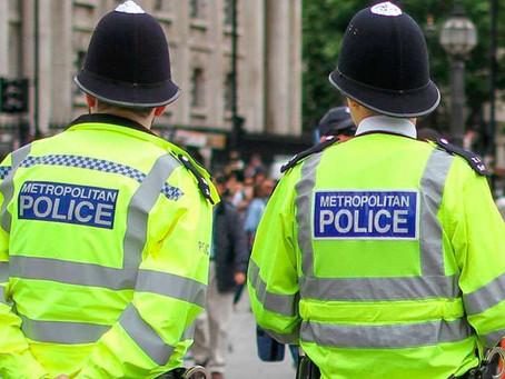 Polícia de Londres interrompe um batizado em igreja devido às restrições do vírus chinês.
