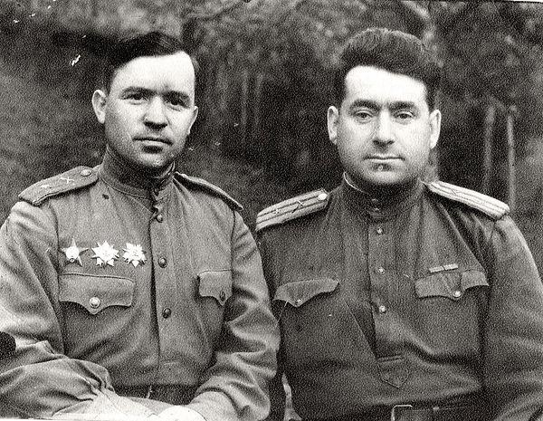 Черкаев Иван Павлович (слева) , политраб