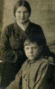 Никишина (Козлова) Валерия Ивановна с братом Олегом. Фото 1930-х гг.