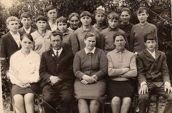 Злобинская школа. Сидят - В.И.Белов, И.П