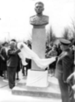 Торжественное открытие памятника Герою Советского Союза А.И.Тимощенкову в д. Клишино. Фото 5 мая 1987 г.