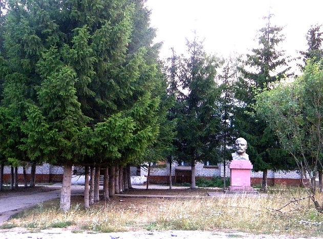 Памятник В.И.Ленину в с. Карманово. Открыт в 1968 г.
