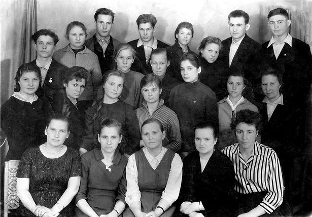 Выпускники Курбакинской средней школы с педагогами.  Фото 1960-х гг.(из личного архива Л.П.Ольховской)
