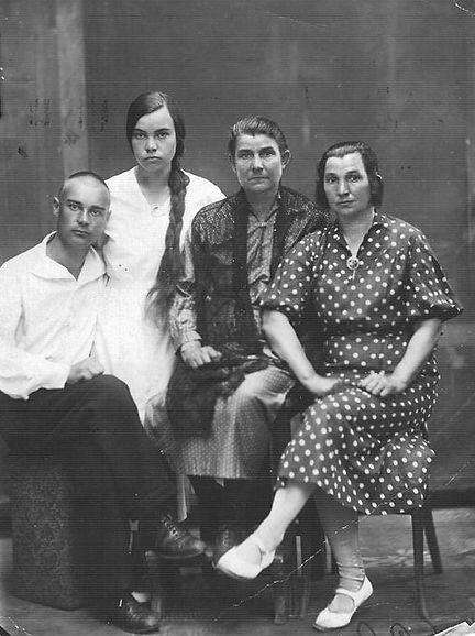 Семья священника Василия Васильевича Гончарова. Фото 1930-х гг.