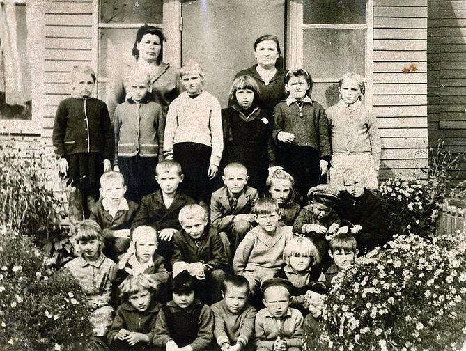 Ученики и учителя у нового здания Гнанской начальной школы. Фото 1967 г.