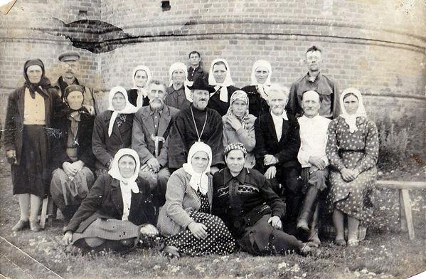 Священник Архангельской церкви (фамилия неизвестна) с прихожанами.