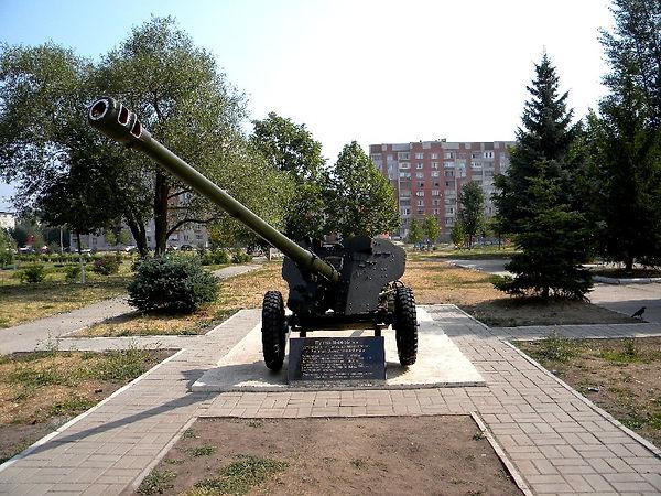 Пушка у входа в сквер Воинской Славы