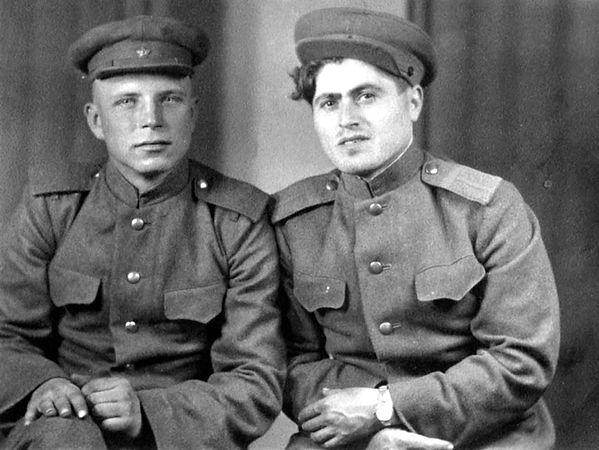 Лактионов Николай Анисимович(слева), ветеран ВОВ, автор книг о д.Мокрыж. Фото - июль 1945 г. (Источник:https://iremember.ru/memoirs/drugie-voyska)
