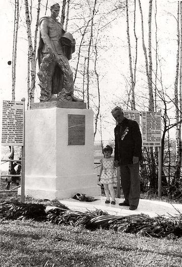 Памятник павшим воинам в Гремячем.jpg