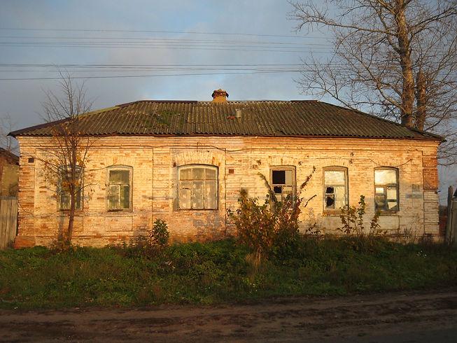 Здание бывшей церковно-приходской школы при Богословской церкви в сл.Михайловке. Фото 2012 г.