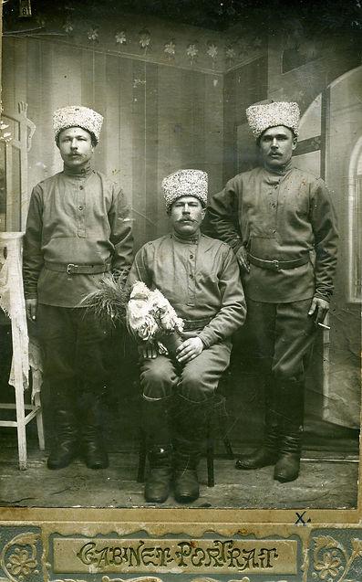 Просин Егор Иванович (в центре), уроженец сл.Михайловки, в германском плену. Фото 1916 г.