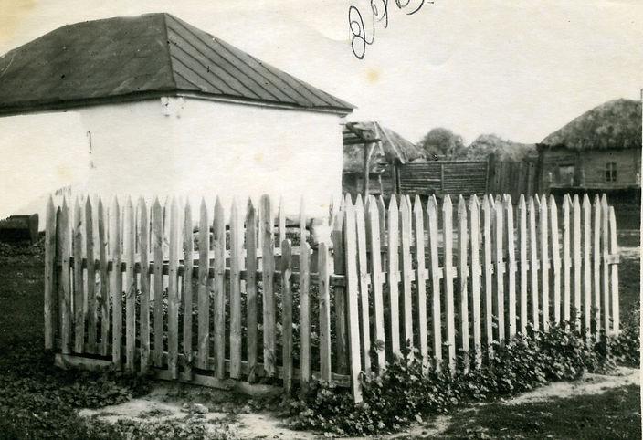 Военное захоронение в Жидеевке, находилось недалеко от церкви. Фото 1948 г.