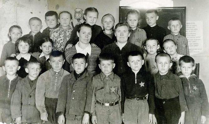 Ученики Гнанской начальной школы со своими учителями: справа - заведующая Александра Егоровна Капустина, слева - Анна Никаноровна Никищихина. Фото - май 1958 г.