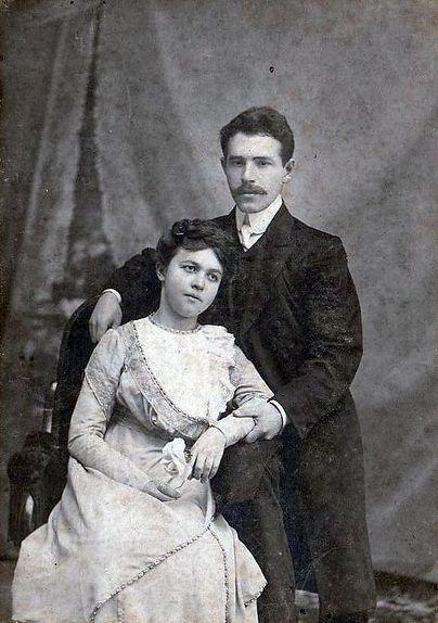 Священник Троицкой церкви с. Больше-Боброва Фролов Николай Иванович с женой Любовью Ильиничной. Фото 1910-х гг.