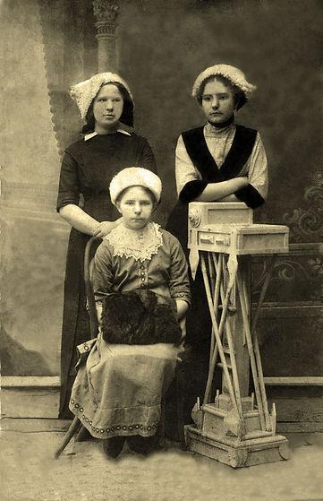 Козлова (Мясоедова) Ольга Ивановна (стоит справа), учительница Тишимльской начальной школы, с сестрами в годы юности. Фото начала ХХ в.