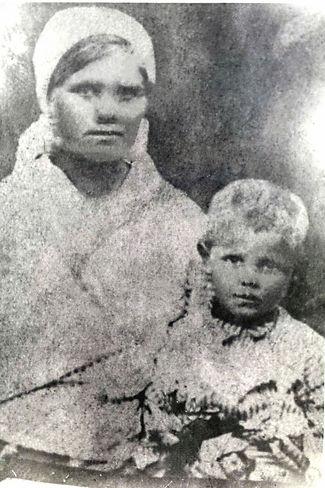 Володя Жданов, будущий помощник партизан, с мамой Прасковьей Никитичной. Фото 1930-х гг.