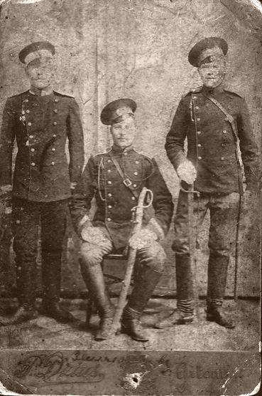 Земляков Павел Федорович (сидит), житель п.Мартовский, участник Первой Мировой
