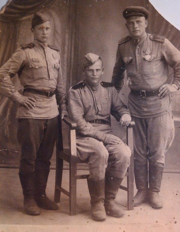 Тюрин Владимир Петрович (в центре), учас