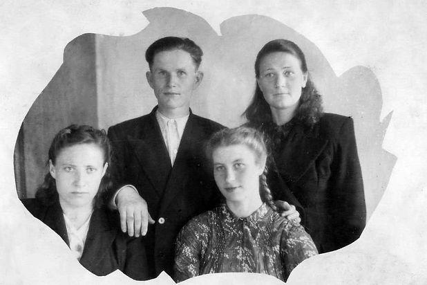 Савочкин Петр Яковлевич, директор Курбакинской школы, с коллегами.  Фото 1954 г. (из личного архива Л.П.Ольховской)