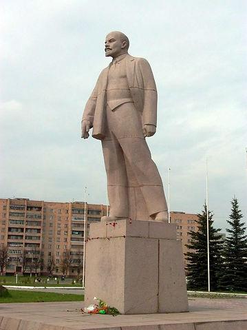Памятник В.И.Ленину на центральной площади у здания Администрации города