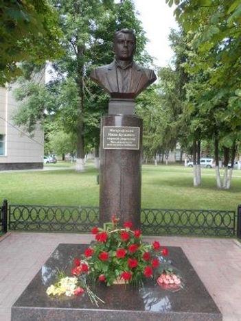 Памятник Митрофанову Ивану Кузьмичу, первому директору МЖК,возле ДК МГОКа