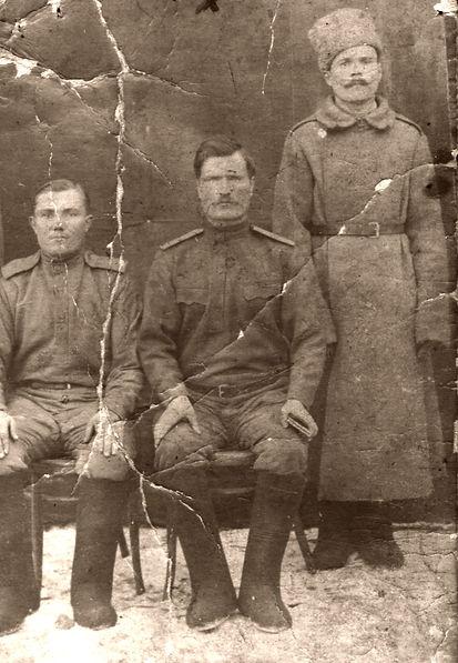 Пученков Сергей Тимофеевич (в центре), уроженец п. Долгая Щека,участник Первой Мировой