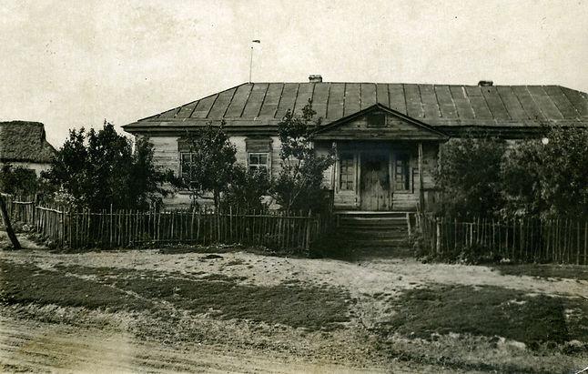 Здание Больше-Бобровской неполной средней школы. Фото 1957 г.