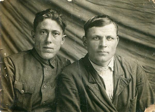 Евстратов Александр Власович (справа), председатель Веретенинского сельсовета в 1939-41 гг. Фото 1940 г