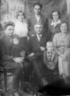 Учитель Ильин Иван Афанасьевич (сидит в центре) в кругу семьи. Фото 1930-х гг.