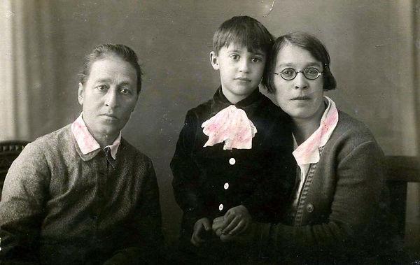Семья священника Казанского: жена Софья Петровна (слева), дочь Нина и внук Сергей. Фото 30.11.1935 г.