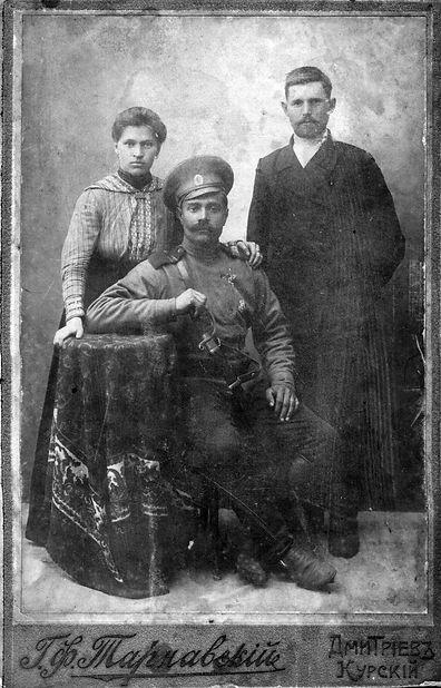 Бондарев Яков Филиппович (сидит), уроженец сл.Михайловки, участник Перовой Мировой.