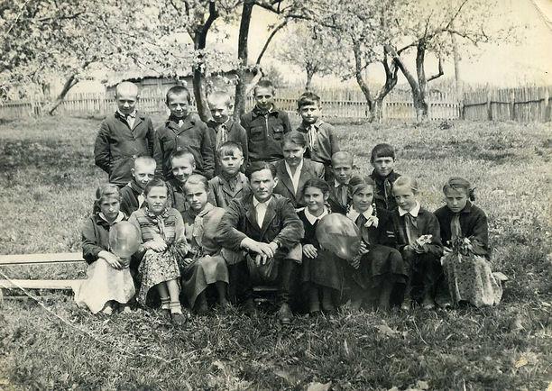 Учащиеся и учителя Курбакинской школы. Фото 1960-х гг (из личного архива Л.П.Ольховской)