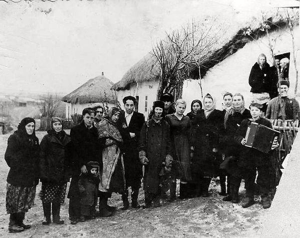 Жители Андреевки на деревенских гуляниях. Фото 1950-х гг.