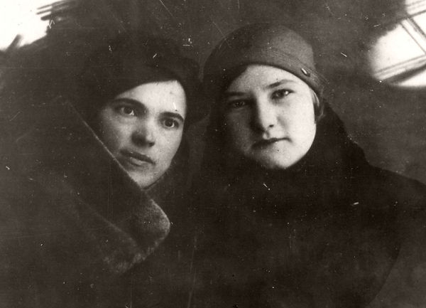 Зуева Екатерина Михайловна (справа) с подругой Харитоновой Лидией. Фото 1940 г.
