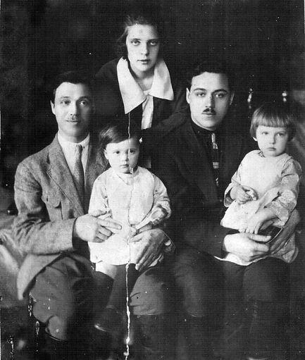 Косогов И.Д. (слева) с женой Косоговой Л.В., детьми Ритой и Элеонорой и младшим братом Александром