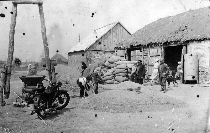 Колхозный ток в селе Гнань. Фото 1960-х гг.