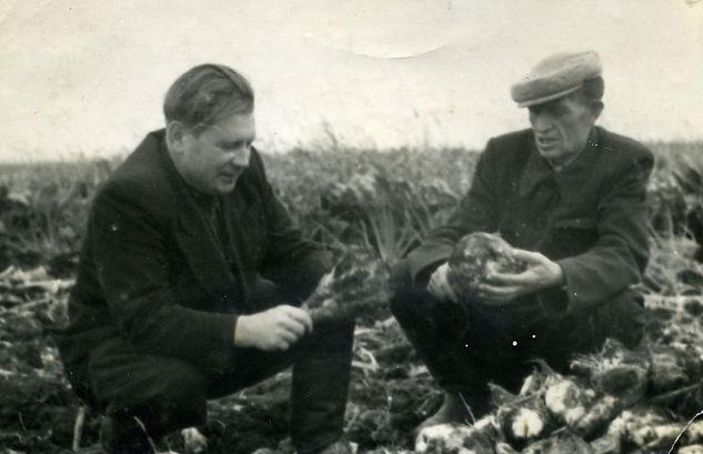 Петров Евгений Иванович (слева), передовик сельского хозяйства,  кавалер ордена Трудового Красного Знамени. Фото 1960 г.